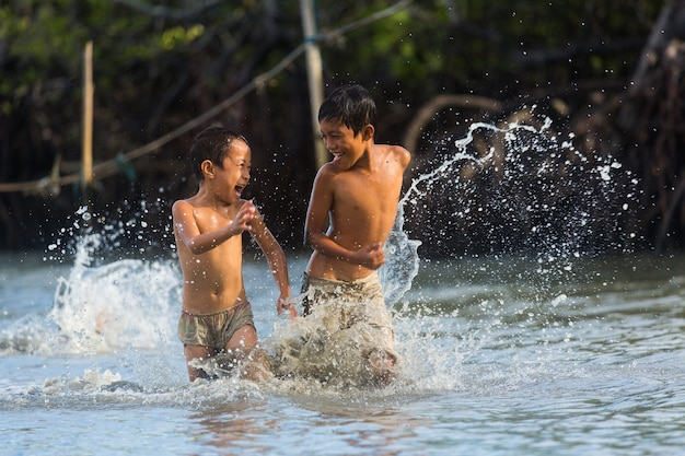 Filippine cebu island, i bambini filippini possono divertirsi in mare