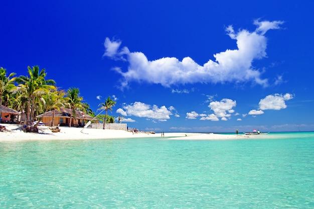 Filippine. vacanze rilassanti tropicali nell'isola di bantayan. bungalow tradizionali sulla spiaggia di santa fe