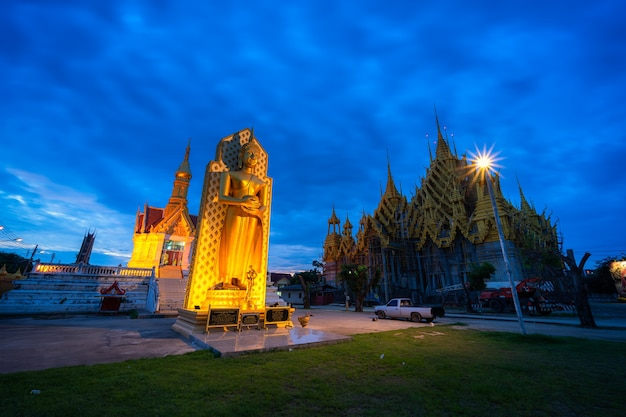 Phitsanulok, thailandia - 13 ottobre 2020: la statua del buddha al tempio (lingua thailandese: wat chan west) è un tempio buddista (lingua thailandese: wat) è una grande attrazione turistica phitsanulok, thailandia.