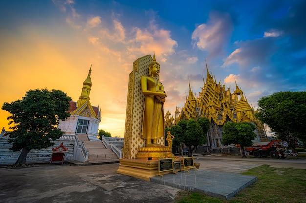 Phitsanulok, thailandia - 15 settembre 2020: la statua del buddha nel tempio (lingua tailandese: wat chan west) è un tempio buddista (lingua tailandese: wat) è una grande attrazione turistica phitsanulok, thailandia.