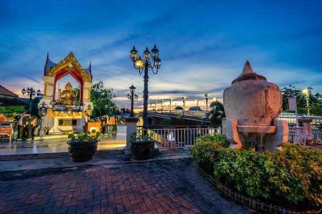 Phitsanulok, thailandia - 11 settembre 2020: thao maha brahma o santuario erawan delle luci al ponte (eka thot sa root bridge) a phitsanulok, thailandia.