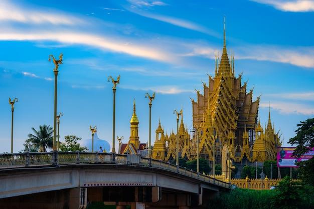 Phitsanulok, thailandia - 14 settembre 2020: temple (lingua thailandese: wat chan west) è un tempio buddista (lingua thailandese: wat) è una grande attrazione turistica a phitsanulok, thailandia.