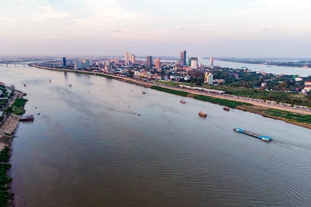 Orizzonte della città di phnom penh e fiume tonle sap. phnom penh è la capitale e la città più grande della cambogia. vista aerea dall'alto