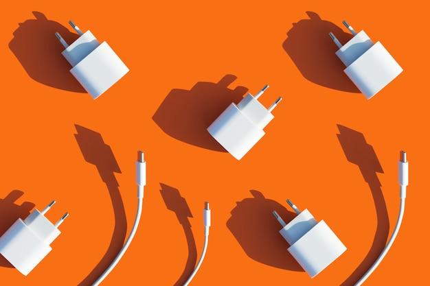 Caricabatterie del telefono su sfondo arancione