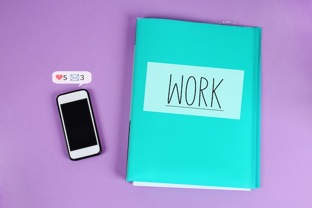Il telefono distrae dal lavoro degli avvisi dei social network.