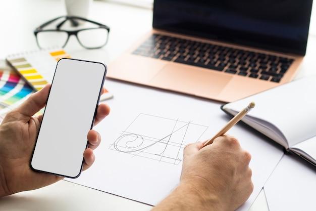 Telefono mock up sul desktop di progettazione grafica