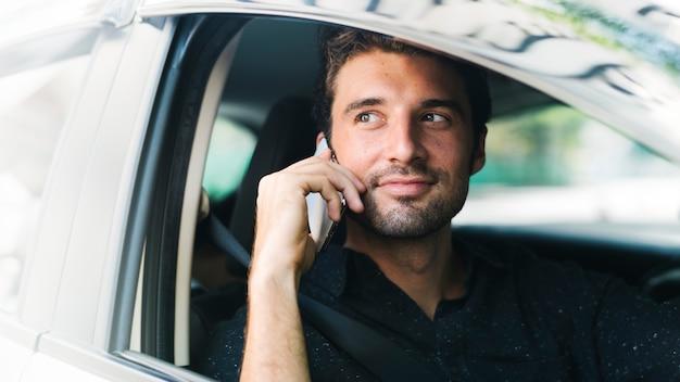 Al telefono durante la guida
