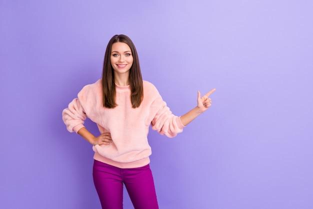 Foto della signora incredibile che indica lo spazio vuoto del dito sulla parete viola