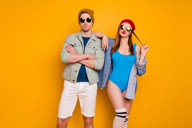 Foto di attraente funky bella signora ragazzo giovane coppia sposata trascorrere del tempo libero insieme fresca gioventù inviare bacio indossare abiti estivi casual vestito isolato sfondo di colore giallo brillante