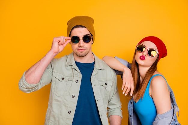 Foto di attraente bella signora ragazzo giovane coppia sposata trascorrere del tempo libero insieme fresca gioventù inviare bacio indossare abiti estivi casual vestito isolato sfondo di colore giallo brillante