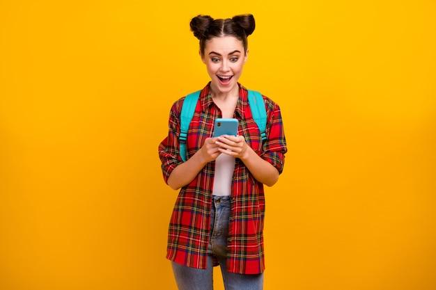 La foto di bello telefono stupito della tenuta della signora dell'allievo ha letto gli sms
