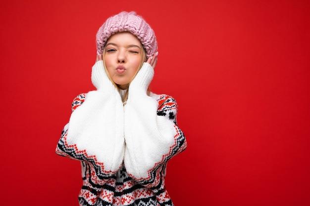 Foto di bella giovane donna bionda stupefacente divertente felice isolata sopra fondo rosso