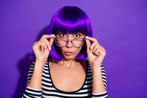 La foto della bella signora ascolta il fondo viola isolato del pullover a strisce della parrucca della gonna di specifiche di usura di notizie terribili