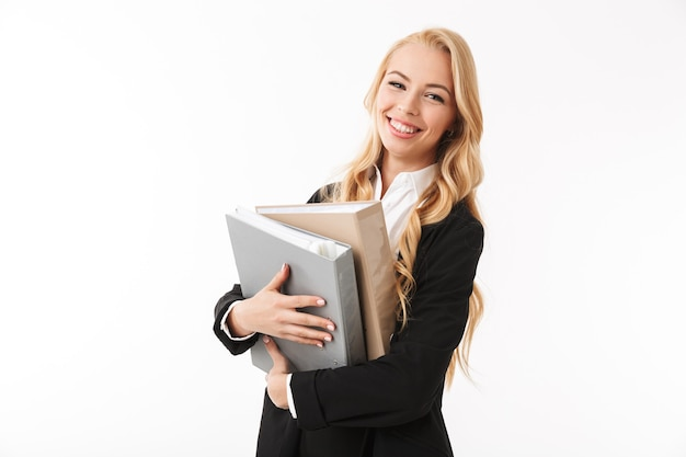 Foto della bella ragazza manager che indossa un abito da ufficio tenendo le cartelle di carta nelle mani, isolato
