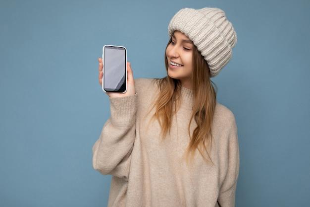 Foto di bella giovane donna sorridente bella che porta vestito alla moda casual