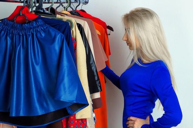 Foto di donna bionda nel negozio di abbigliamento