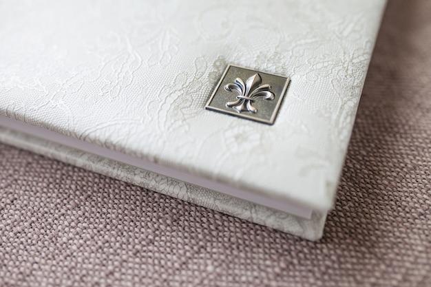 Fotolibro con copertina in vera pelle. colore bianco con stampigliatura decorativa. focalizzazione morbida.