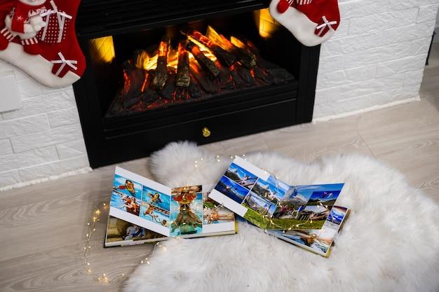 I libri fotografici si trovano vicino al camino a natale