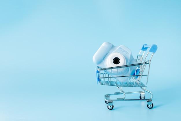 Carrello della spesa del negozio di macchine fotografiche adatto per la grafica del sito di e-commerce