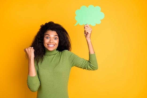 Foto di allegro positivo eccitato ragazza carina con bolla di pensieri sorridente a trentadue denti avendo inventato incredibile idea isolato ondulato riccio vivido colore di sfondo