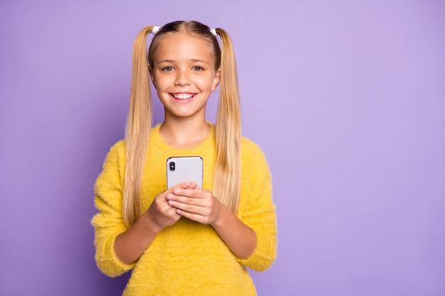Foto di allegro positivo bella ragazza carina sorridente toothily raggiante vicino a uno spazio vuoto isolato viola pastello colore parete