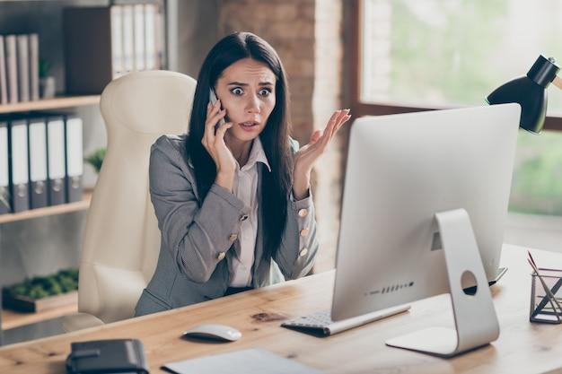 Foto di una donna d'affari stressata e infelice, triste e triste, che parla al telefono di problemi sul lavoro