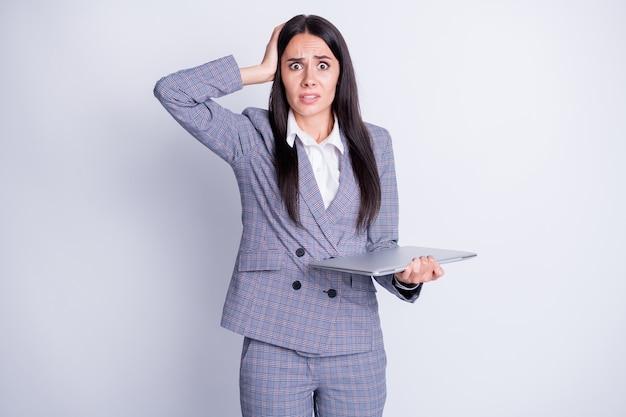 Foto di pazza spaventata donna d'affari tenere notebook netbook cattiva connessione wifi internet provider mancato ultimo progetto relazione invio paura licenziato abbigliamento formale vestito isolato colore grigio sfondo