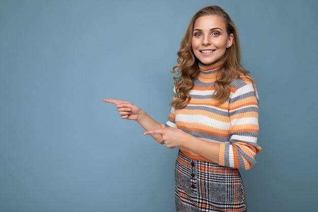 Foto di carino bella accattivante donna adulta positiva che indossa abbigliamento casual isolato sulla parete di fondo