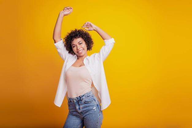 Foto di una pazza afroamericana che balla divertendosi
