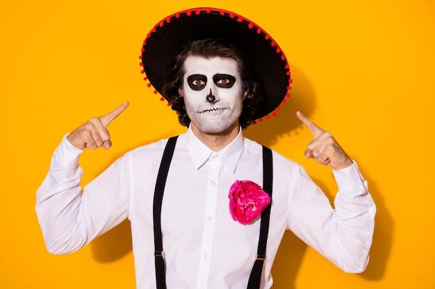 Foto di pericoloso ragazzo spaventoso diretto dita se stesso consigliarsi miglior attore di film thriller indossare camicia bianca costume da morte zucchero teschio reggicalze isolato colore giallo sfondo