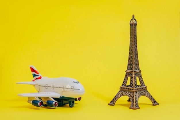 Foto del souvenir a forma di torre eiffel sul meraviglioso giallo