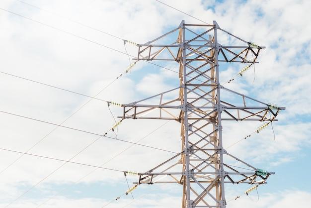 Foto della tensione di tecnologia della linea elettrica di elettricità sopra la priorità bassa del cielo