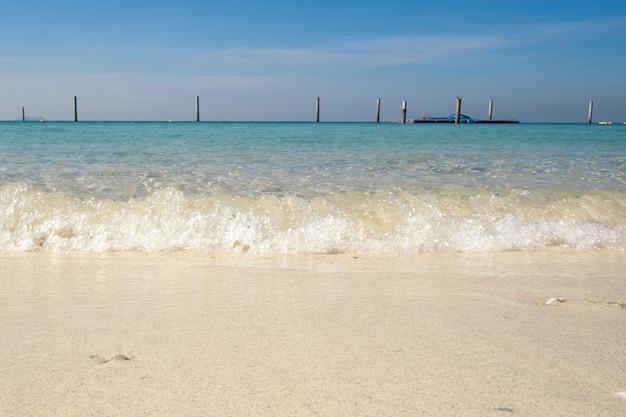 La foto della spiaggia famosa del mare della tailandia ha chiamato la città tailandia di koh larn di pattaya