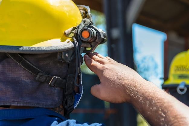 Foto del pompiere che saluta da dietro