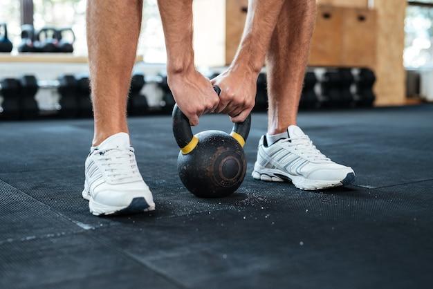 Foto di mani e peso fitness. preparandosi ad alzare. ritagliata