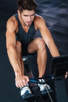 Sopra la foto dell'uomo fitness. esercizio per le tue mani