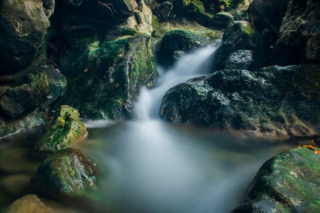 Foto di acqua che scorre alla cascata di pudeng distretto di aceh besar