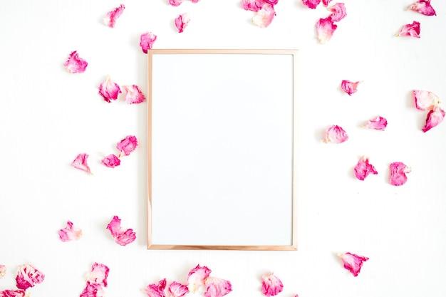 Photo frame mock up e petali di rosa rosa su bianco