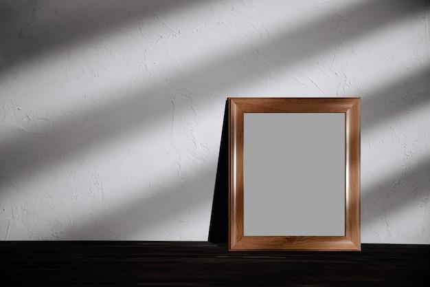 Photo frame mockup image. percorso di residuo della potatura meccanica incluso. la cornice è sul pavimento in casa