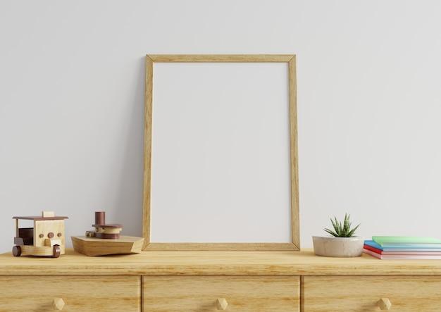 Cornice per foto in una parete bianca con giocattoli in legno