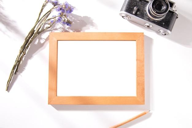 Cornice per foto con lavanda e macchina fotografica sul tavolo