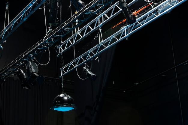 Foto dal basso del palco in metallo con le luci del teatro