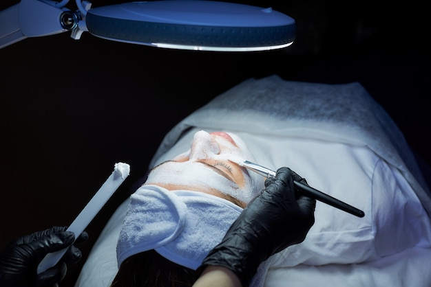 Una foto dall'alto della testa del paziente del gommage peeling applicato con un pennello