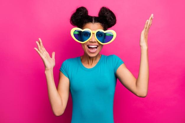 La foto della signora funky alza le mani per celebrare l'umore eccitato