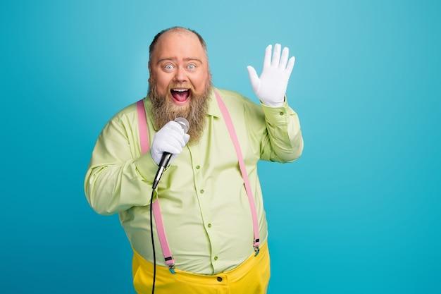 Foto di funky uomo in sovrappeso che canta nel microfono
