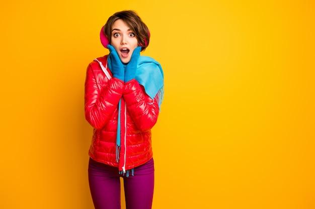La foto della signora affascinante divertente che si tiene per mano sugli zigomi ha letto la bandiera dell'annuncio di vendita di inverno che indossa i pantaloni blu dei guanti del cappotto rosso casuale
