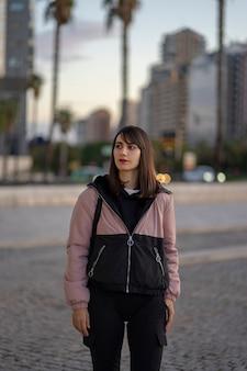 Foto di una ragazza vestita con una tuta da ginnastica in città. la foto è stata scattata nella città di valencia, in spagna.