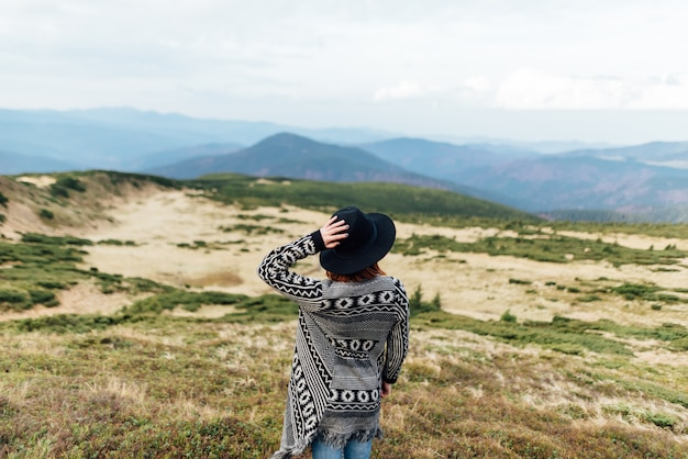 Foto di una ragazza in montagna.