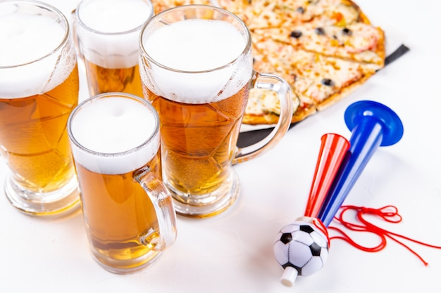 Foto di bicchieri con schiuma di birra, pizza, tubi su sfondo bianco vuoto