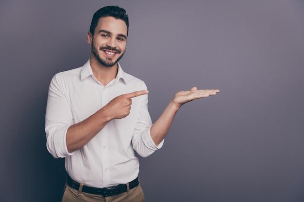 Foto del ragazzo bello di affari che indica il palmo aperto del dito